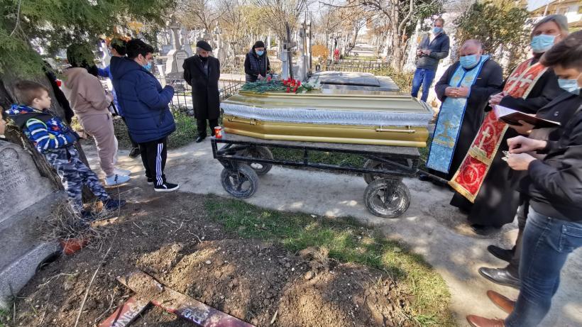 Imagini de la înmormântarea Corneliei Catanga. A fost îngropată cu sicriul sigilat și cu doar câțiva apropiați la căpătâi! | TVF OLTENIA